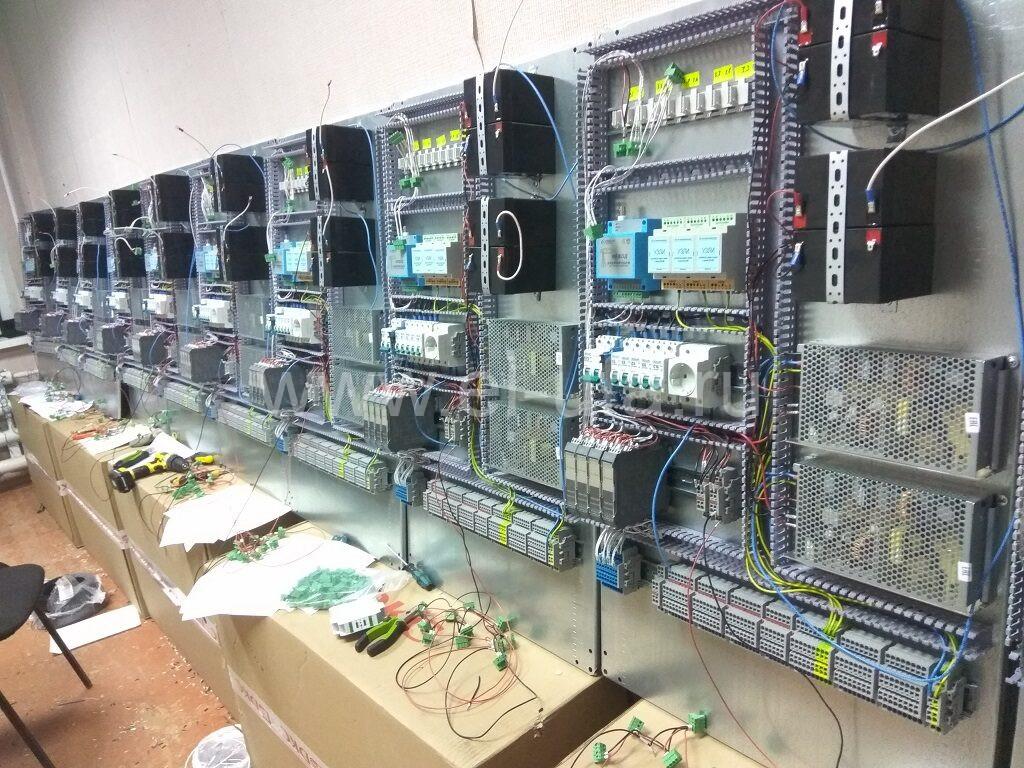 32 Шкафы телемеханики в процесее сборки