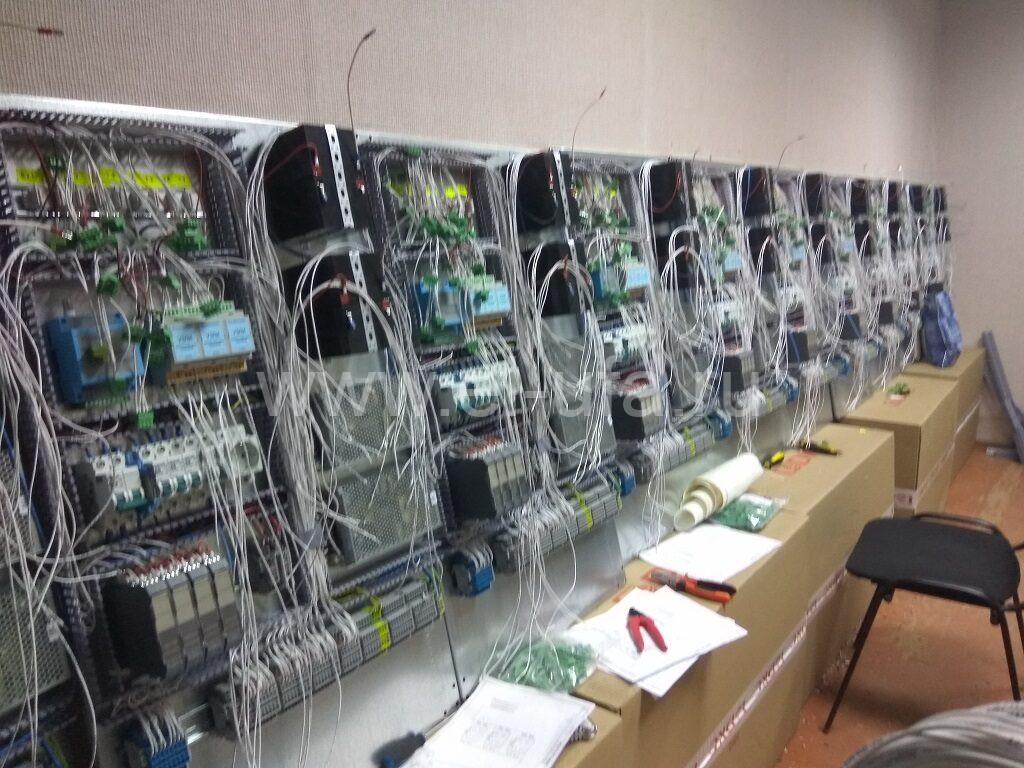 33 Шкафы телемеханики в процесее сборки