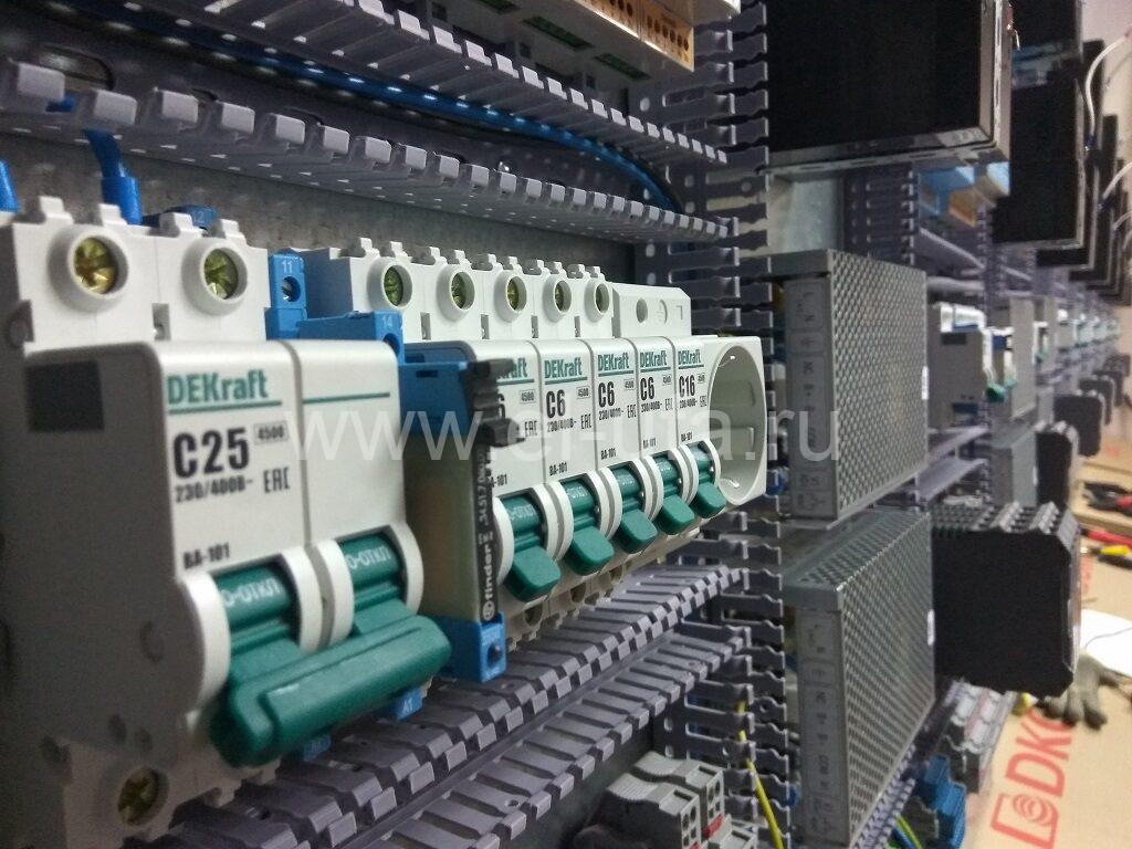 34 Шкафы телемеханики в процесее сборки